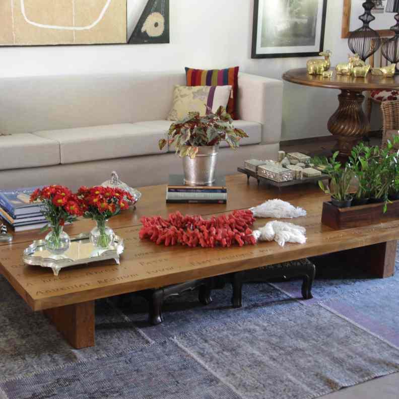 Vasos e Cachepots Dicas de Decoração Dadivária  arranjo de mesa com mini banqueta suporte